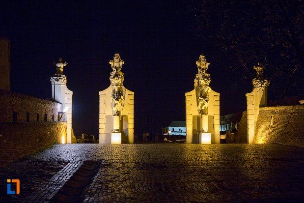 imagine-de-noapte-cu-poarta-de-la-cetatea-alba-carolina-din-alba-iulia-judetul-alba.jpg