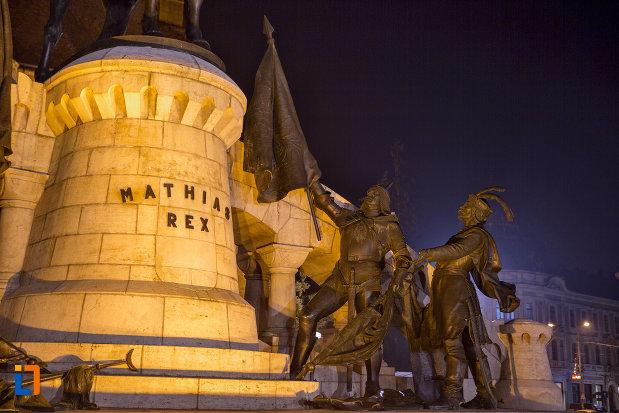 imagine-de-noapte-cu-statuia-lui-matei-corvin-din-cluj-napoca-judetul-cluj.jpg