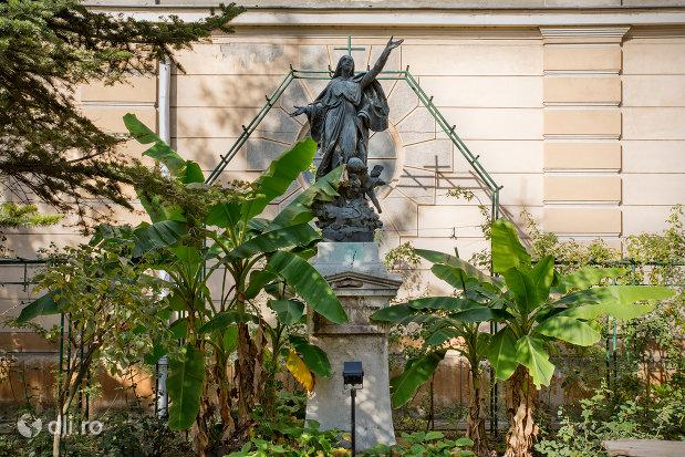 imagine-din-curte-biserica-romano-catolica-coborarea-sfantului-duh-din-oradea-judetul-bihor.jpg