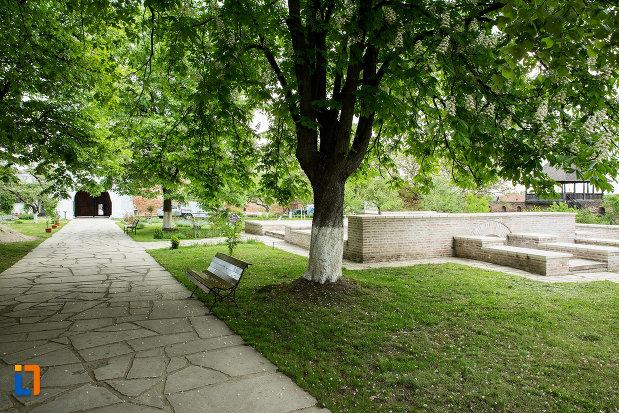 imagine-din-curtea-de-la-manastirea-strehaia-judetul-mehedinti.jpg