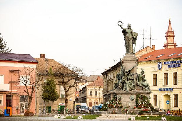 imagine-din-departare-cu-monumentul-libertatii-din-arad-judetul-arad.jpg