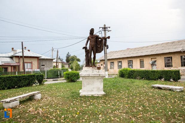 imagine-din-fata-cu-statuia-apollo-belvedere-din-giurgiu-judetul-giurgiu.jpg