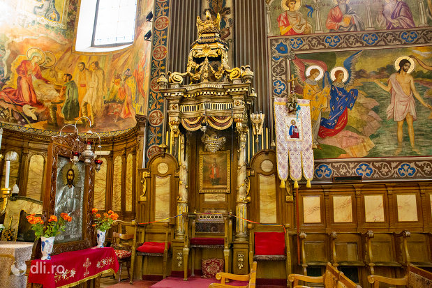 imagine-din-interior-catedrala-ortodoxa-adormirea-maicii-domnului-biserica-cu-luna-din-oradea-judetul-bihor.jpg