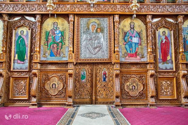 imagine-din-interiorul-manastirii-adormirea-maicii-domnului-din-moisei-judetul-maramures.jpg