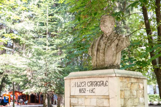 imagine-din-lateral-cu-bustul-lui-ion-luca-caragiale-grupul-statuar-din-vatra-dornei-judetul-suceava.jpg