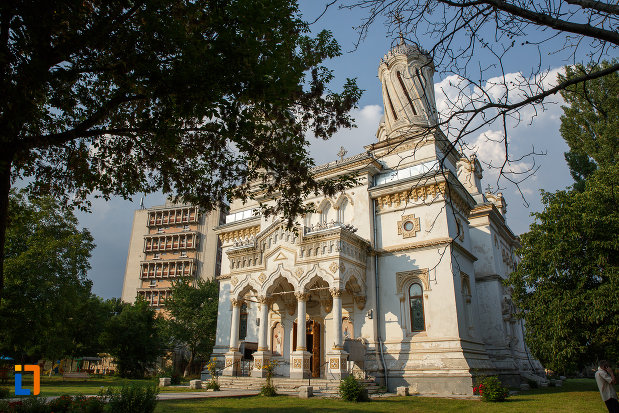 imagine-din-lateral-cu-catedrala-ortodoxa-sf-haralambie-din-turnu-magurele-judetul-teleorman-2.jpg