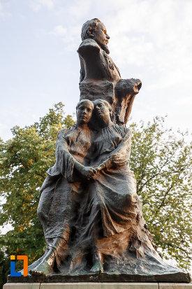 imagine-din-lateral-cu-grupul-statuar-alexandru-ioan-cuza-din-alexandria-judetul-teleorman.jpg
