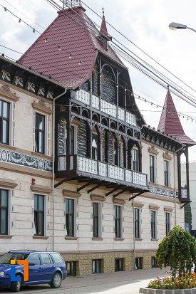imagine-din-lateral-cu-hotelul-carol-fosta-vila-1-1896-din-vatra-dornei-judetul-suceava.jpg