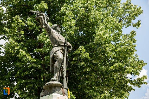 imagine-din-lateral-cu-monumentul-eroilor-din-patarlagele-judetul-buzau.jpg