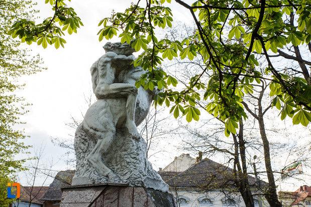 imagine-din-lateral-cu-monumentul-eroilor-din-sebes-judetul-alba.jpg