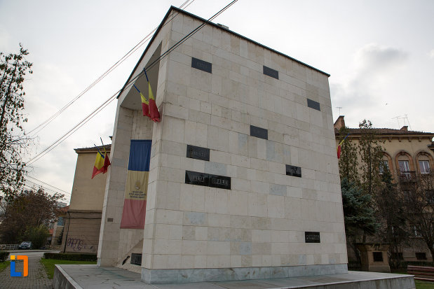 imagine-din-lateral-cu-monumentul-rezistentei-anticomuniste-din-cluj-napoca-judetul-cluj.jpg