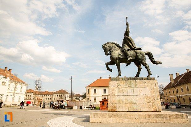imagine-din-lateral-cu-statuia-ecvestra-a-lui-mihai-viteazul-din-alba-iulia-judetul-alba.jpg