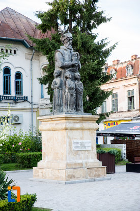 imagine-din-lateral-cu-statuia-lui-constantin-basarab-brancoveanu-si-fii-sai-din-targoviste-judetul-dambovita.jpg
