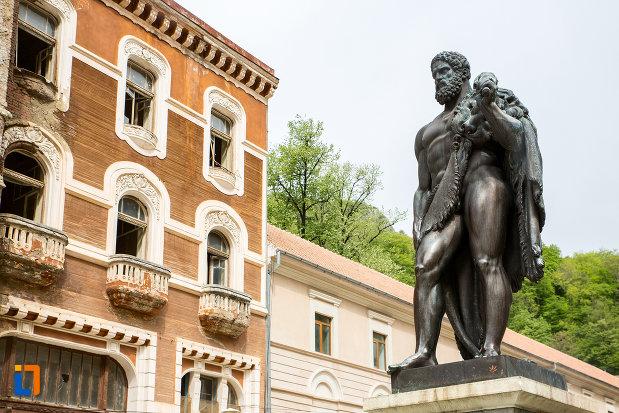 imagine-din-lateral-cu-statuia-lui-hercules-din-baile-herculane-judetul-caras-severin.jpg