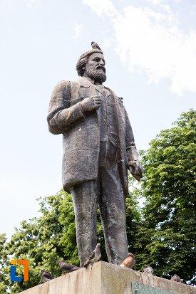 imagine-din-lateral-cu-statuia-lui-ic-bratianu-din-pitesti-judetul-arges.jpg