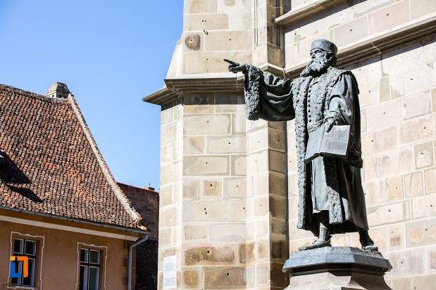 imagine-din-lateral-cu-statuia-lui-johannes-honterus-din-brasov-judetul-brasov.jpg