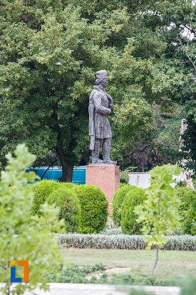 imagine-din-lateral-cu-statuia-lui-liviu-vasilica-din-alexandria-judetul-teleorman.jpg