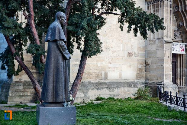imagine-din-lateral-cu-statuia-lui-marton-aron-din-cluj-napoca-judetul-cluj.jpg