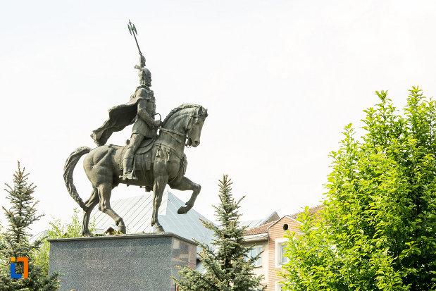 imagine-din-lateral-cu-statuia-lui-mihai-viteazu-din-craiova-judetul-dolj.jpg