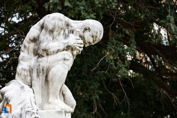 imagine-din-lateral-cu-statuia-pro-patria-din-caransebes-judetul-caras-severin.jpg