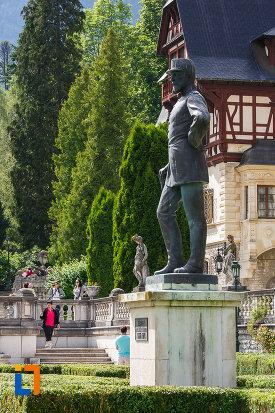 imagine-din-lateral-cu-statuia-regelui-carol-i-al-romaniei-din-sinaia-judetul-prahova.jpg