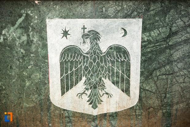 imagine-gravata-pe-bustul-domnitorului-alexandru-ioan-cuza-din-tecuci-judetul-galati.jpg
