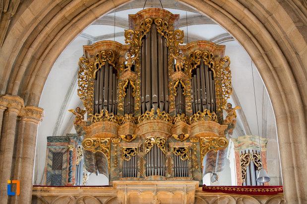 imagine-in-prim-plan-cu-orga-din-biserica-sfantul-mihail-din-cluj-napoca-judetul-cluj.jpg