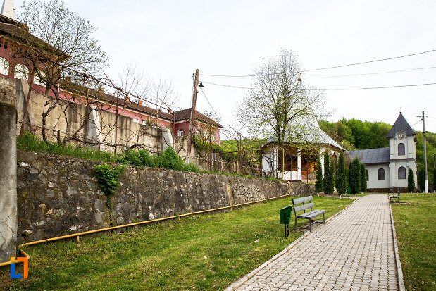 imagine-indepartata-cu-manastirea-godinova-din-bocsa-judetul-caras-severin.jpg