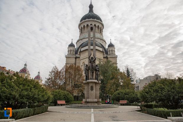 imagine-indepartata-cu-monumentul-glorie-ostasului-roman-din-cluj-napoca-judetul-cluj.jpg