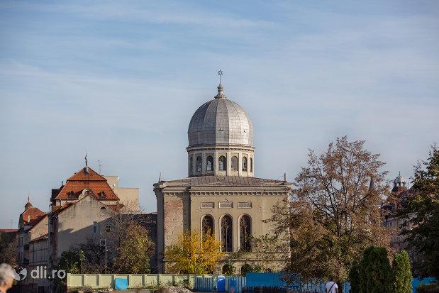 imagine-indepartata-cu-sinagoga-bd-independentei-din-oradea.jpg