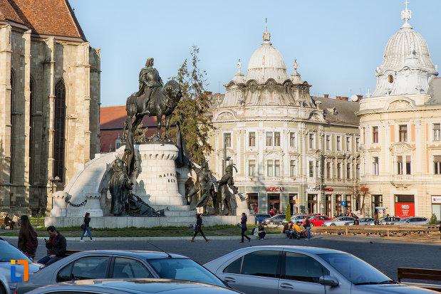 imagine-indepartata-cu-statuia-lui-matei-corvin-din-cluj-napoca-judetul-cluj-2.jpg