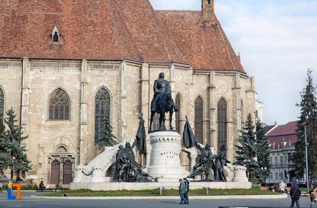 imagine-indepartata-cu-statuia-lui-matei-corvin-din-cluj-napoca-judetul-cluj.jpg