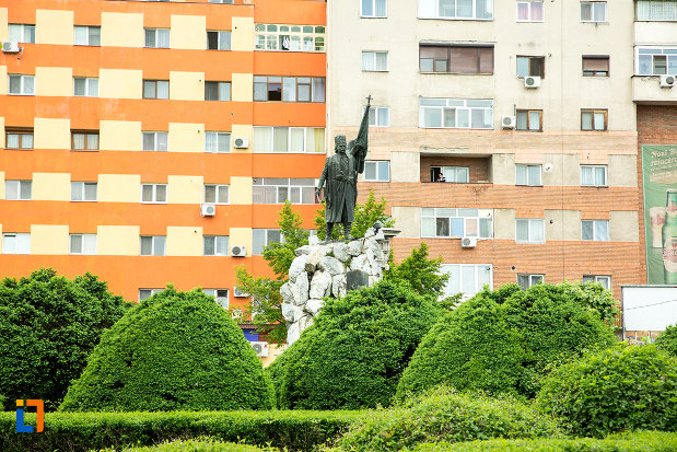 imagine-indepartata-cu-statuia-lui-tudor-vladimirescu-1898-din-targu-jiu-judetul-gorj.jpg