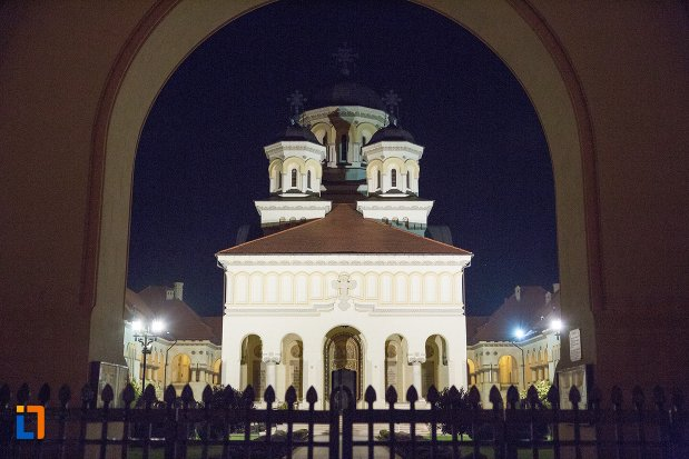 imagine-nocturna-cu-catedrala-reintregirii-din-alba-iulia-judetul-alba.jpg