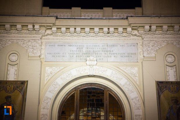 imagine-nocturna-cu-fatada-de-la-sala-unirii-1-decembrie-1918-din-alba-iulia-judetul-alba.jpg