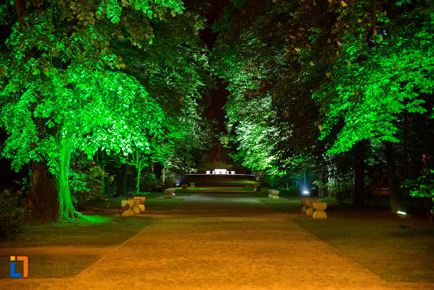 imagine-nocturna-cu-masa-tacerii-din-gradina-publica-sau-parcul-municipal-constantin-brancusi-din-targu-jiu-judetul-gorj.jpg