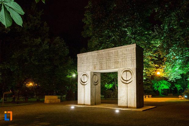 imagine-nocturna-cu-poarta-sarutului-din-targu-jiu-judetul-gorj.jpg