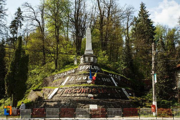 imsgine-cu-monumentul-eroilor-din-brezoi-judetul-valcea.jpg