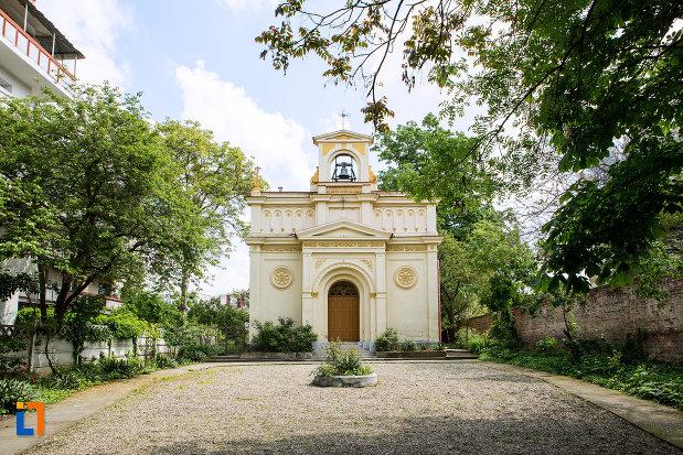 in-curte-la-biserica-evanghelica-luterana-din-craiova-judetul-craiova.jpg