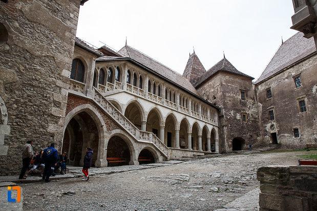 in-curte-la-castelul-corvinilor-azi-muzeu-din-hunedoara-judetul-hunedoara.jpg