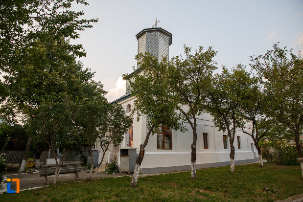 in-curtea-de-la-biserica-sf-cruce-1849-din-rosiorii-de-vede-judetul-teleorman.jpg