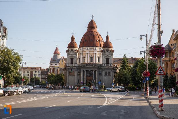 in-drum-spre-biserica-buna-vestire-catedrala-mica-din-targu-mures-judetul-mures.jpg
