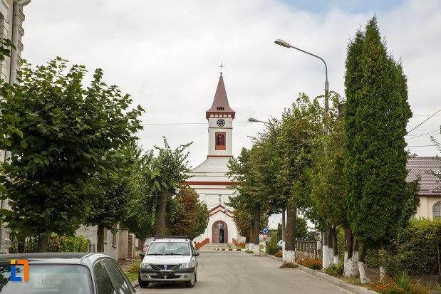 in-drum-spre-biserica-romano-catolica-din-siret-judetul-suceava.jpg