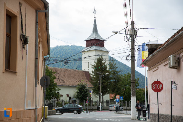in-drum-spre-biserica-sf-nicolae-din-zarnesti-judetul-brasov.jpg