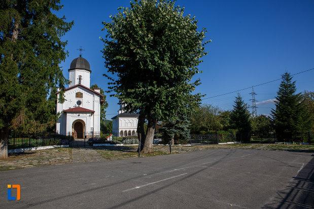 in-drum-spre-casa-parohiala-si-biserica-sf-nicolae-din-campina-judetul-prahova.jpg