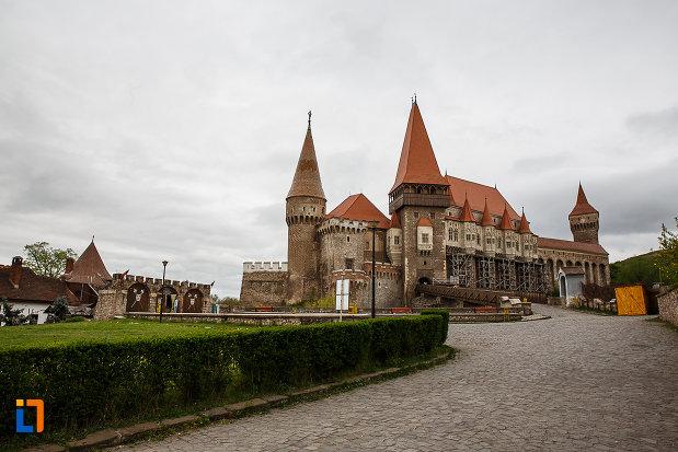in-drum-spre-castelul-corvinilor-azi-muzeu-din-hunedoara-judetul-hunedoara.jpg