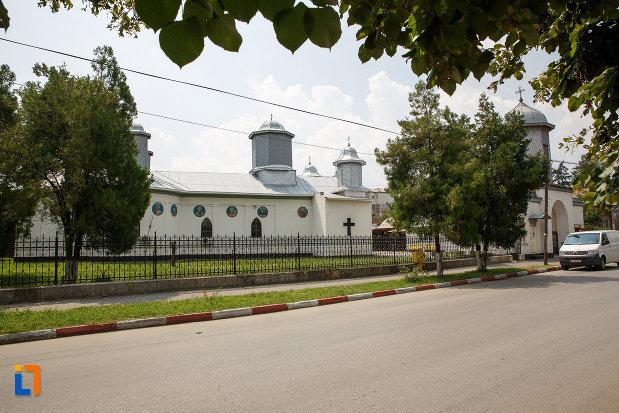 in-drum-spre-catedrala-ortodoxa-sf-teodor-tiron-1818-din-rosiori-de-vede-judetul-teleorman.jpg