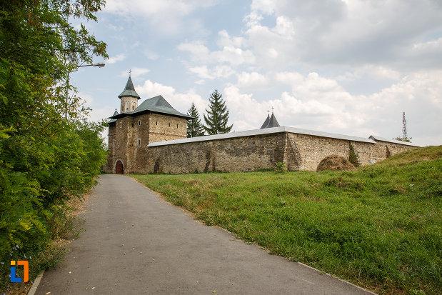 in-drum-spre-manastirea-zamca-biserica-sfantul-auxentie-1551-din-suceava-judetul-suceava.jpg
