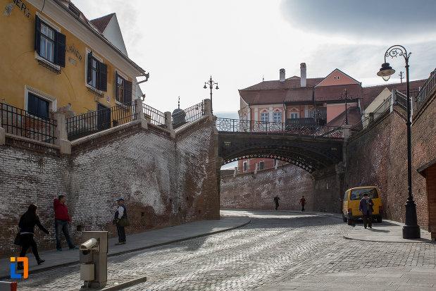 in-drum-spre-podul-metalic-podul-minciunilor-1859-din-sibiu-judetul-sibiu.jpg