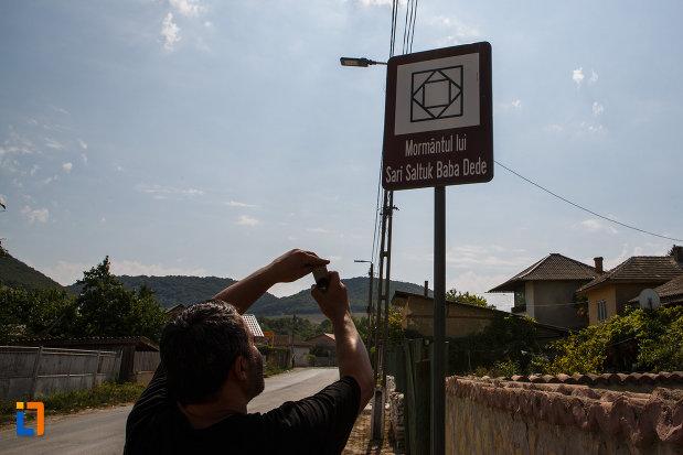 indicator-cu-mormantul-lui-sari-saltuk-baba-dede-din-babadag-judetul-tulcea.jpg